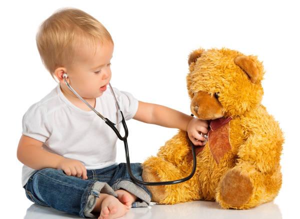 dítě vyšetřuje, zda plyšáka nebolí bříško