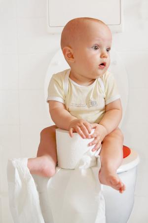 dítě má střevní virózu a sedí na záchodě