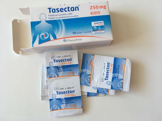otevřené balení spolu se sáčky léku Tasectan leží na stole